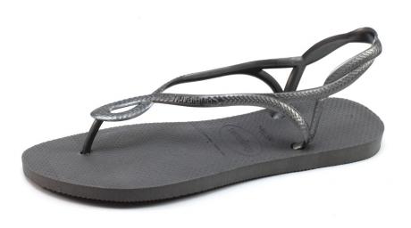 36beef7e04a7 Grijze sandaal luna met een licht oplopend voetbed van het bekende  braziliaanse slippermerk havaianas.